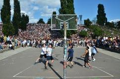 Basketspelare i Berlins Mauerpark med folkmassan i bakgrund arkivfoton