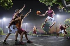 Basketspelare i handling på domstolen Royaltyfri Bild