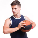 Basketspelare med bollen Arkivbilder