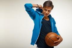 Basketspelare med bollen mot vit bakgrund arkivfoton