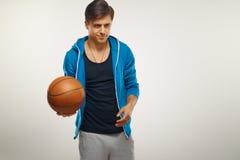 Basketspelare med bollen mot vit bakgrund royaltyfria bilder