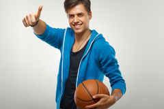 Basketspelare med bollen mot vit bakgrund arkivbild