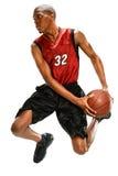 Basketspelare som doppar bollen Arkivfoton