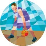 Basketspelare som dreglar den låga polygonen för bollcirkel Arkivbild