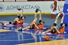 Basketspelareuppvärmning för leken Arkivbilder