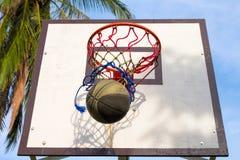 Basketsportutrustning Boll- och korgaktivitet Lek för utomhus- sport för sommar arkivbilder