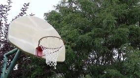 Basketviftning på en utomhus- domstol lager videofilmer