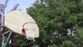 Basketviftning på en utomhus- domstol 01 arkivfilmer