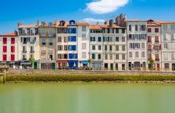 Baskische huizen in Bayonne, Frankrijk Stock Afbeeldingen