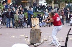 Baskische landelijke sporten Harrijasotzaile, Aizkolari, houten-hakt stock fotografie