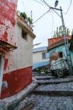Basmane ? um dos distritos os mais velhos que ainda preserva sua hist?ria Casas velhas agora habitadas na maior parte por refugia foto de stock