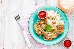 Basmati ris med kaninkött, morot, champinjonchampignon, toma Arkivbild