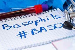 Basophils подсчитывают пробирки испытательной лаборатории лейкоцита Baso процедуры с кровью, стетоскопом, мазком или фильмом и пе Стоковые Фотографии RF