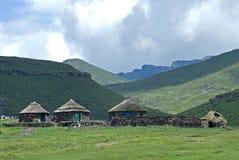 Basotho-Dorf am Wäschetag Stockbilder