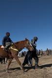 Basotho emballant le poney et son garde Image libre de droits