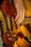 Basowa gitara bawić się muzyków Obrazy Royalty Free