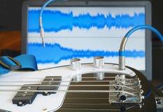 Basowa gitara i laptop Zdjęcie Royalty Free