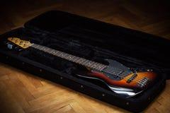 Basowa gitara w Moścącej walizce Obraz Royalty Free