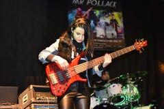 Basowy gracz Joanna Dudkowska, uwalnia koncert Mr Pollack zespół rockowy, Warszawa, 2017-11-11 obraz royalty free
