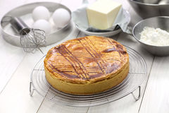 Basque caseiro da torta no refrigerador do bolo, cozido recentemente Fotos de Stock Royalty Free