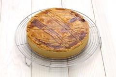Basque fait maison de gâteau sur le refroidisseur de gâteau, fraîchement cuit au four Photos stock