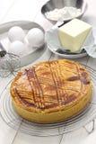 Basque fait maison de gâteau sur le refroidisseur de gâteau, fraîchement cuit au four Photographie stock libre de droits