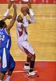 Basquetebol 2013 do NCAA - indo acima para um tiro Imagem de Stock Royalty Free