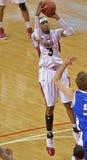 Basquetebol 2013 do NCAA - indo acima para um tiro Fotografia de Stock Royalty Free
