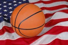 Basquetebol com bandeira americana imagem de stock