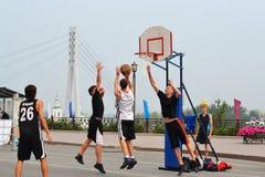 Basquetebol da rua na ponte do pé (a ponte dos amantes) em T Fotos de Stock Royalty Free