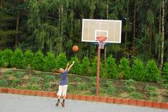 Basquetebol do jogo do menino Fotos de Stock Royalty Free
