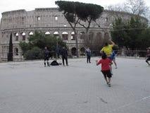 Basquetebol do jogo sob o Colosseum imagens de stock