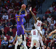 2015 basquetebol do NCAA - Templo-ECU Fotografia de Stock Royalty Free