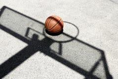 Basquetebol e sombra da aro Fotos de Stock