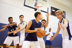 Basquetebol masculino Team Playing Game da High School foto de stock