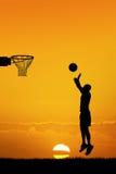 Basquetebol no por do sol Fotografia de Stock
