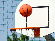 Basquetebol que está sendo disparado para a aro na maneira ao basquetebol da vitória que está sendo disparada para a aro na manei Foto de Stock