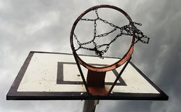 Basquetebol Ring With Cloudy Sky de baixo de imagem de stock