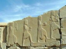 Basrelief av folk från muti-nationer erbjuder hedersgåvor till den persiska konungen arkivfoto