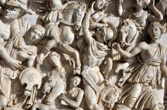 Basrelief av forntida romerska soldater Arkivbilder
