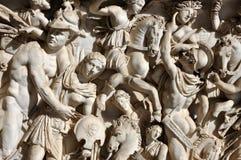 Basrelief av forntida romerskt folk Royaltyfria Bilder