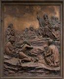 Basrelief av Jesus som predikar på monteringen. Royaltyfri Fotografi