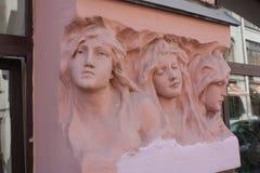 basrelief av kvinnors huvud på fasaden av byggnaden i Petersburg arkivbild