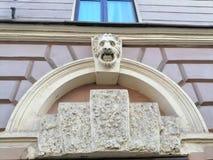 Basrelief av lejonets huvud på fasaden arkivbilder