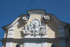 basrelief av skeppet på fasaden av byggnaden royaltyfri foto