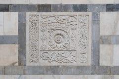 Basrelief i vit marmor på fasaden av den Carrara cathedraen Royaltyfri Bild