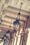 Basrelief med belysning arkitektoniskt byggnadsdetaljtak Arkivfoto