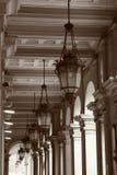 Basrelief med belysning arkitektoniskt byggnadsdetaljtak Arkivfoton