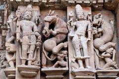 Basrelief på den berömda forntida templet i Khajuraho, Indien Arkivfoton