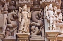 Basrelief på den berömda forntida templet i Khajuraho, Indien Royaltyfri Bild